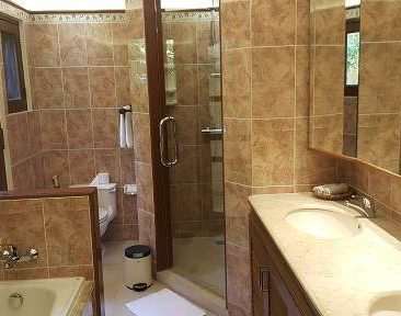 MBO Villas ensuite bathroom 1